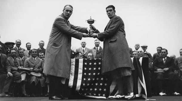 Samuel Ryder remet son trophée au capitaine de l'équipe britannique victorieuse George Duncan en 1929.